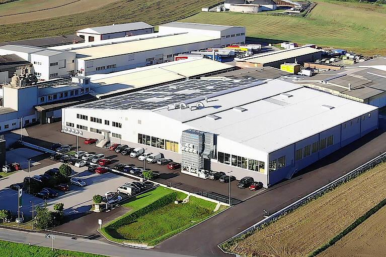 Die 5.300 m² neue HARTL HAUS-Bautischlerei wurde mit einer 302 kWpeak-Photovoltaik-Anlage der neuesten Generation bestückt. Rund 1,5 Millionen Euro wurden in den neuen Maschinenpark investiert, unter anderem in die top moderne Staub- und Späneabsaugung und Lackieranlage mit Spritzroboter.