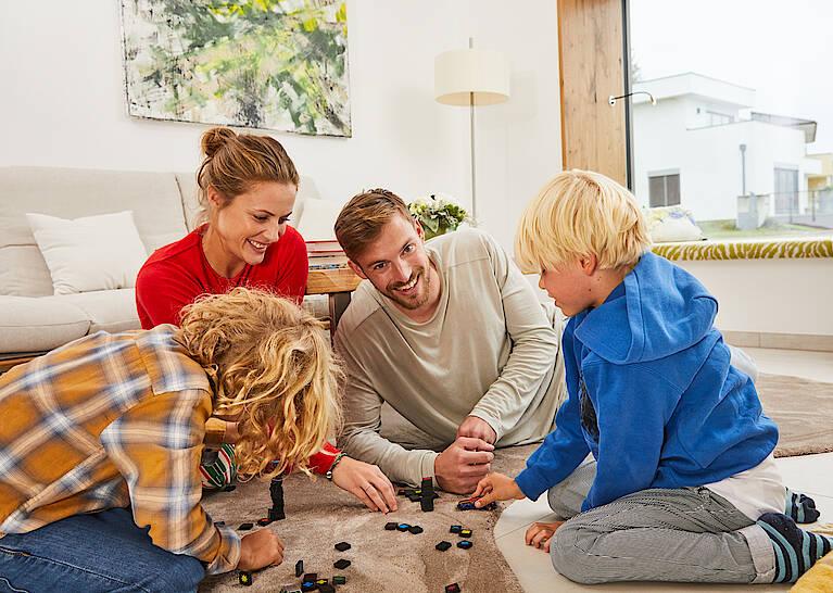 Familie im Musterhaus Elegance 136 W/Wohnzimmer