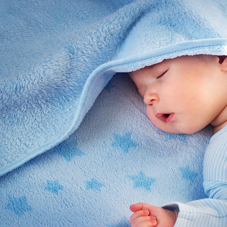 Baby in blauer Decke