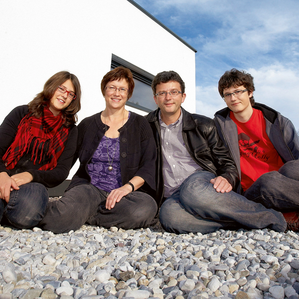 Referenzfamilie Essmeister vor Ihrem Traumhaus